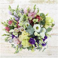 Tendresse et délicatesse sont au rendez-vous avec ce bouquet de lisianthus aux tons pastel. Un concentré de douceur qui fera plaisir à la personne qui le recevra.