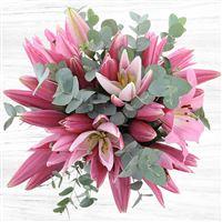 Majestueux et plein de grâce, ce bouquet de lys rose saura marquer les esprits de sa présence ! A la fois volumineux et empreint de sensibilité, ce bouquet ne laissera pas indifférent !