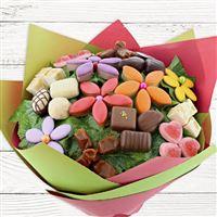 Spécial gourmand, ce bouquet se compose de fleurs en confiserie : chocolats, nougats, caramels, calissons nature et aux fruits, dragées et bonbons pâte de fruit. Véritable appel à la dégustation, la durée de vie du bouquet ne dépendra que de la gourmandise de votre destinataire.