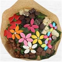 Spécial gourmand, ce gros bouquet se compose de fleurs en confiserie : chocolats, nougats, caramels, calissons nature et aux fruits, dragées et bonbons pâte de fruit. Véritable appel à la dégustation, la durée de vie du bouquet ne dépendra que de la gourmandise de votre destinataire. Taille XL !