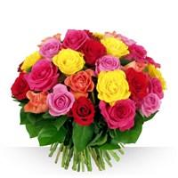 Un ensemble de 40 roses, aux couleurs lumineuses présentées en brassée, le gr...